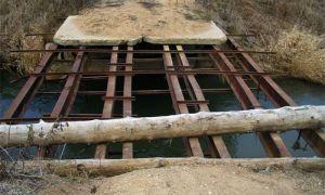 Аварийно-опасный мост в Индии отремонтировали при помощи мольбы