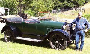 Шевроле V8 Touring Car 1918 года планирует в кругосветное странствие