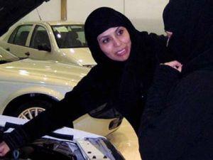 Девушкам в Саудовской Аравии позволят присесть за руль