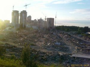В Киеве планируют снести автомобильную стоянку на 1200 авто
