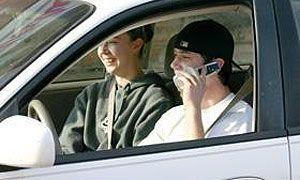 Молодые люди в автомобиле обходятся США в 34 млн долларов США раз в год