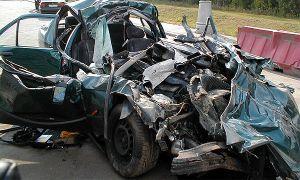 При столкновениии со стремительным поездом авто порвало напополам