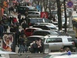 В Киеве отложили запрет авто парковки на тротуарах Крещатика