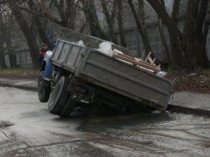 На Украине в первый раз депутата осудили за ямы на автодороге