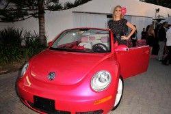 Фольксваген произвел свежий красный Битл, в честь дня рождения Barbie