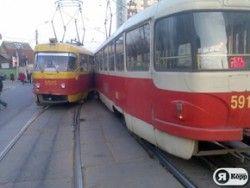 Столкновение 2-ух трамваев в Киеве: есть травмированные