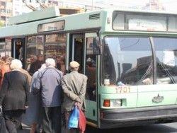 В Киеве автолюбителей и кондукторов социального автотранспорта обязали носить бейджи