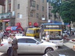 Автолюбителю Лексус, парализовавшего перемещение автотранспорта в центре Киева, рекомендовали оплатить 24 тыс гривен