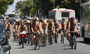 Обнаженные велосипедисты протестуют против автомобильного транспорта