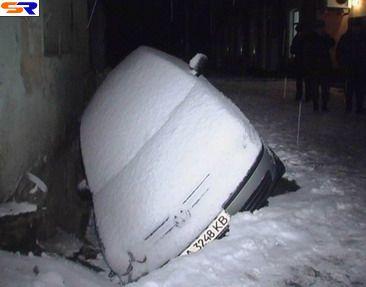 В центре Киева автомашина сорвалась под асфальт (Репортаж).