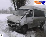 В Киеве маршрутка сшибла светофор и врезалась в дерево.