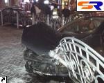 """Peugeot"" проломил железное огораживание Майдана Незалежности. ФОТО."
