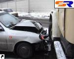 """В Киеве """"Дэу"""" проломил грузовой автомобиль - двое потерпевших. ФОТО."""