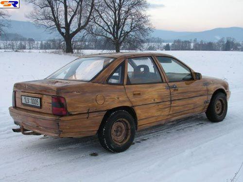 Сделанный из дерева авто. ФОТО