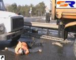 На Броварском шоссе грузовой автомобиль сшиб насмерть автодорожного рабочего. ФОТО.