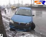 На проспекте Ватутина иностранная автомашина проломила дерево.