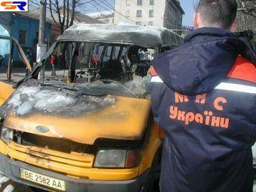 В центре Николаева целиком сгорела маршрутка (Репортаж).