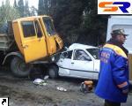 В Ялте грузовой автомобиль сшиб подряд 3 легковушки и застопорил в кипарисах.