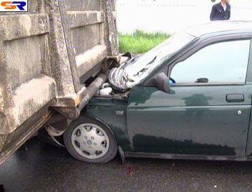 """В Голосеевском регионе телега проломила грузовой """"Mercedes"""" (Репортаж)."""
