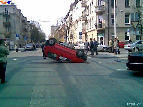 Женщина перевернула машину идаже усмехалась. ФОТО