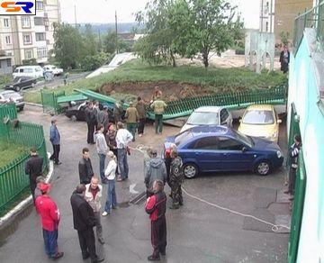 В Киеве на автомобильную стоянку снизился бетонированный забор (Репортаж).