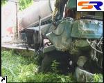 Грузовой автомобиль с цистерной въехал в приостановку.