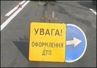 В Харьковской области легковой автомобиль опрокинул грузовик с людьми.