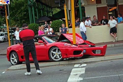 Ferrari против столба. ФОТО