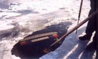 Под мартовский лед начали проваливаться автомобили