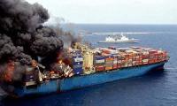 Во Владивостоке пылает судно с машинами на борту