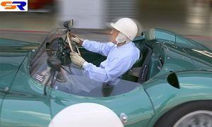 Знаменитый пилот мистер Стирлинг Мосс в автомобиле Астон Мартин DBR