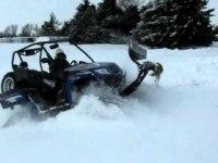 Arctic Cat Prowler 1000 XTZ с отвалом и гусеницами чистит снег