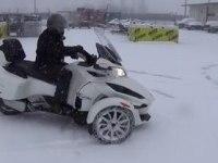 BRP Can-Am Spyder RT на снегу