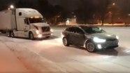 Tesla Model X буксирует застрявший на обледенелой дороге тягач