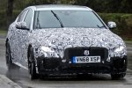 Jaguar приступила к дорожным тестам рестайлингового седана XE - фото 7