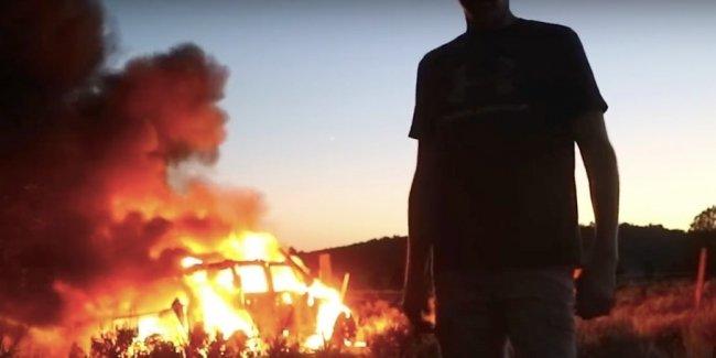 Блогер снял на видео, как полностью сгорел его Jeep Wrangler