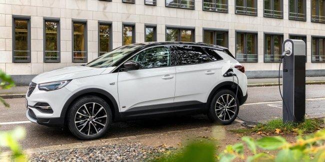 Opel подготовил новую гибридную версию кроссовера Grandland X