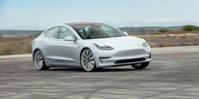 «У вас... руль отклеился»: инцидент с новой Model 3