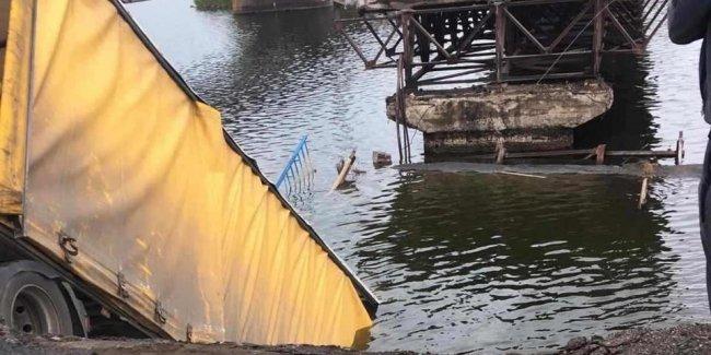 В Днепропетровской области под грузовиком рухнул мост