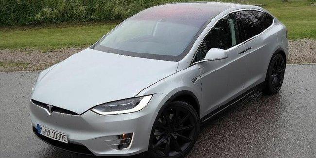 Tesla Model X буквально сносит крышу
