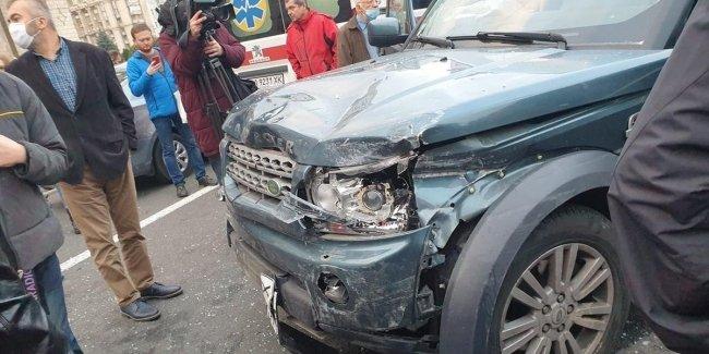 В Киеве внедорожник снес остановку и сбивал людей на пешеходной зоне (видео)