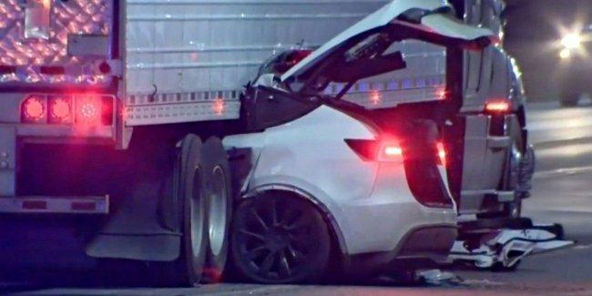 Tesla влетела под грузовик: жертв нет!