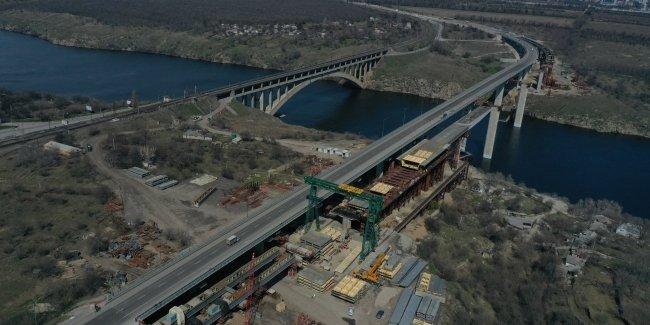 На строительстве Запорожского моста установлено 67-метровое прогонное строение (фото)