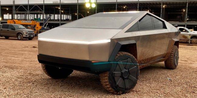 Маск приехал на Cybertruck на новый завод Tesla в Техасе (видео)