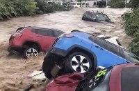Стихия смыла в реку десяток автомобилей