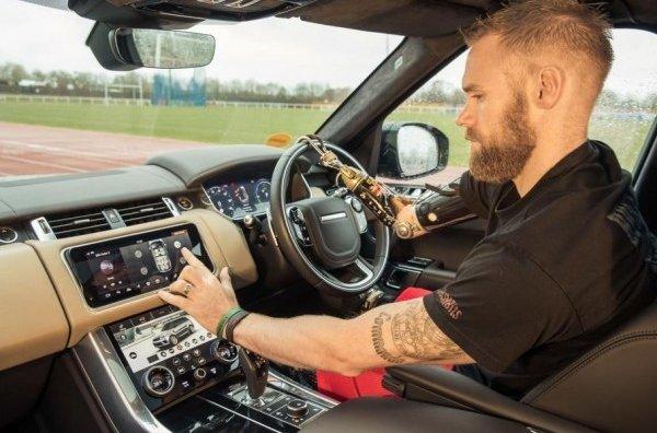 Jaguar Land Rover разработал открывающиеся двери с помощью жестов