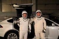 Кроссоверы Tesla будут доставлять астронавтов к ракетам