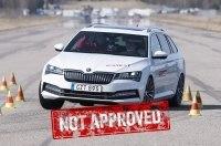 Неуправляемые «сараи»: гибридный Passat GTE и Superb iV провалили тест на маневренность (видео)