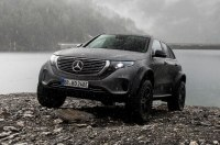 Как электрический Mercedes чувствует себя в воде (видео)