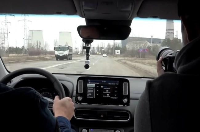 Hyundai Kona Electric на дороге
